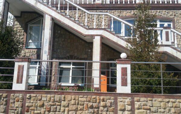 Продается видовое фасадное нежилое помещение 55 м.кв. в ЖК Дарсан-Палас, г. Ялта